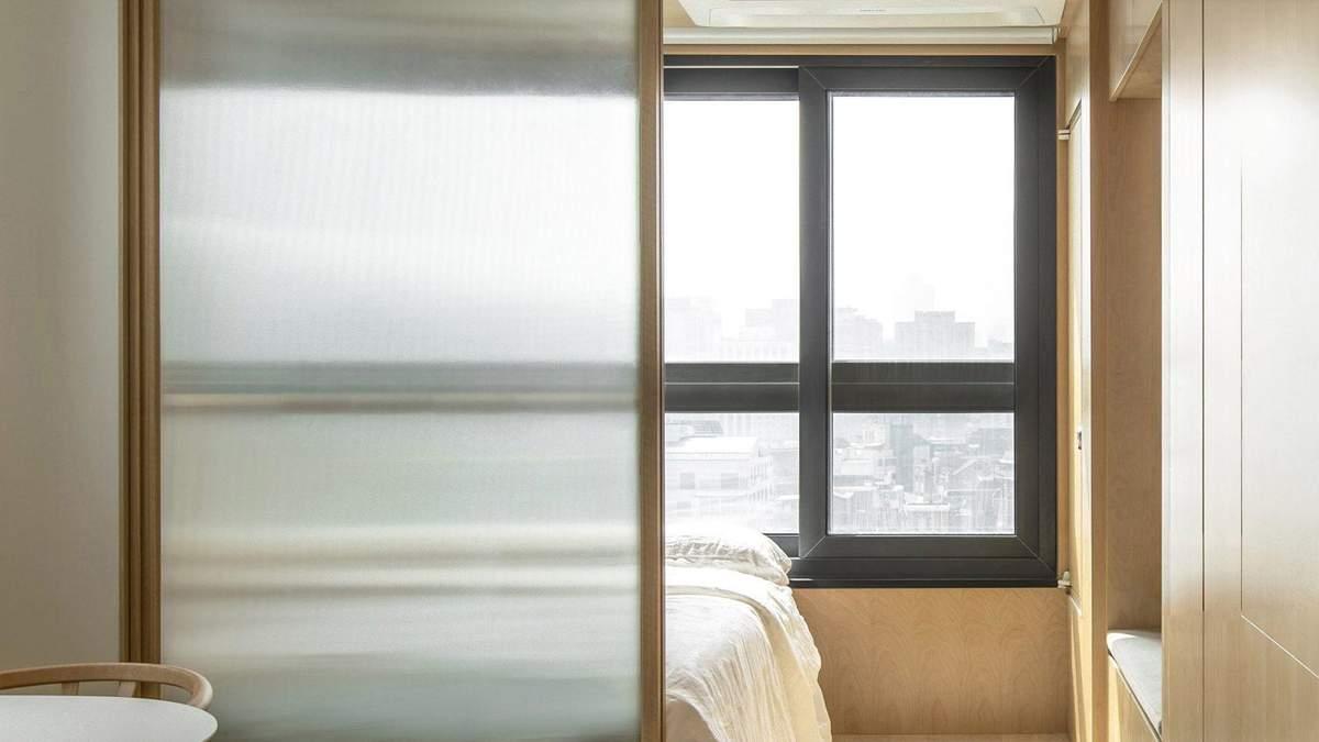Как интересно обустроить внутренние стеклянные перегородки в интерьере: 10 идей в фото