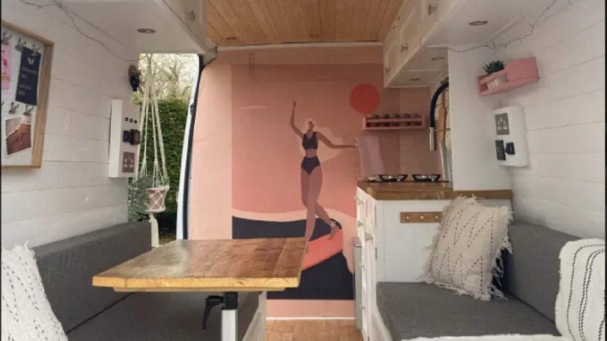 Переоборудован фургон, который экономит ежемесячно 1000 фунтов: фото компактного интерьера