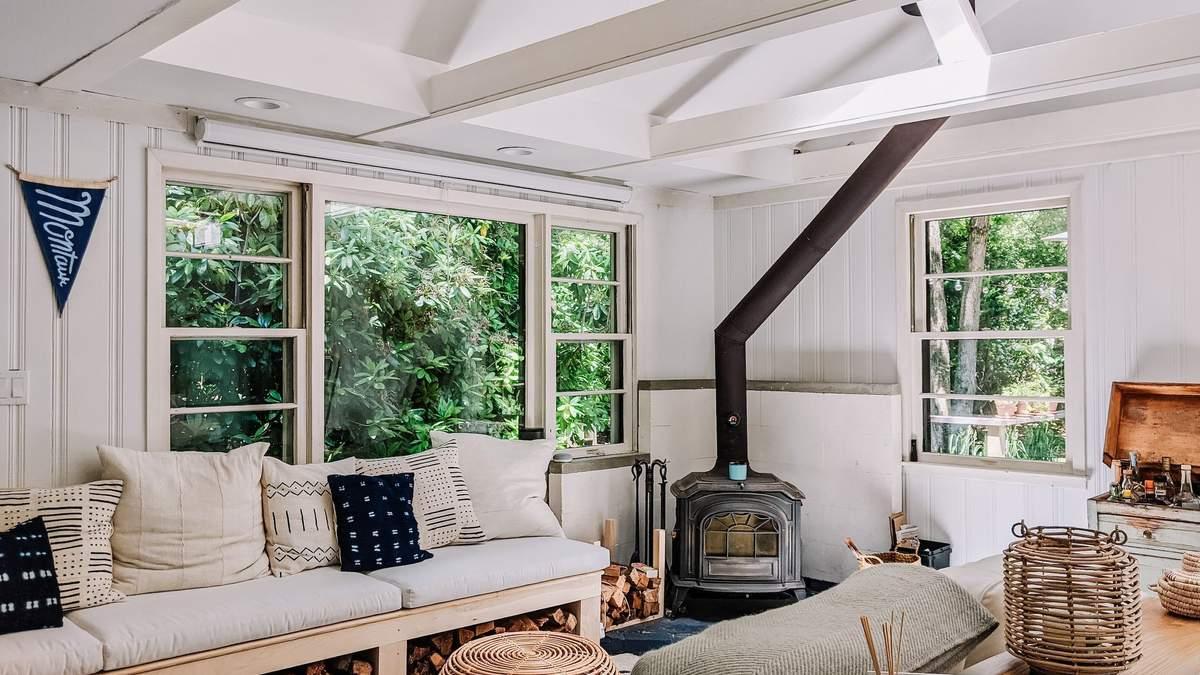 Супруги превратили заброшенное помещение в уютный дом для отдыха: фото светлого интерьера