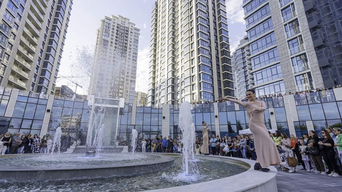 """В ЖК """"Новопечерские Липки"""" открыли фонтан с водопадом и объявили о старте новой очереди"""