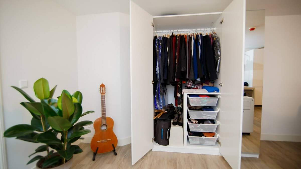 Вместительный гардероб в маленькой спальне: идеи для поддержания порядка