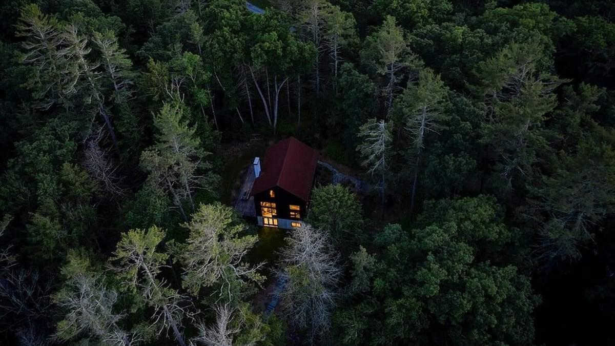 Дремучий уют: как выглядит дом посреди леса в штате Нью-Йорк