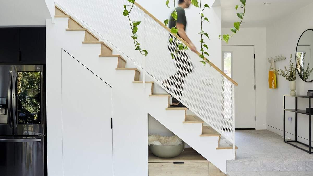 Как организовать удобное хранение под лестницей: 15 дизайнерских идей с фото