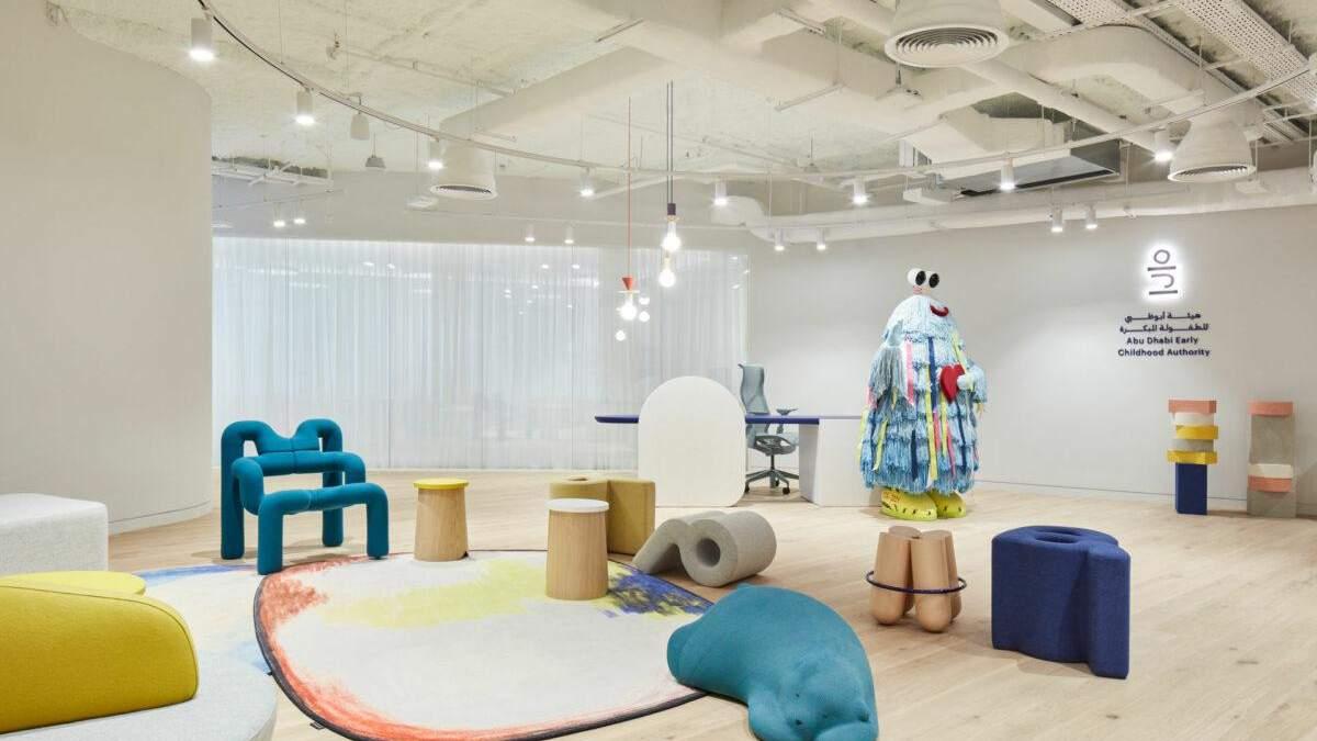 Іграшки, абстракції та яскраві кольори: як виглядає креативний офіс в Абу-Дабі – фото - Дизайн 24