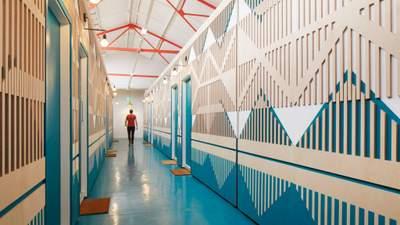 Идеальные цвета и минимум средств: как в Лондоне сделали студию из заброшенного склада
