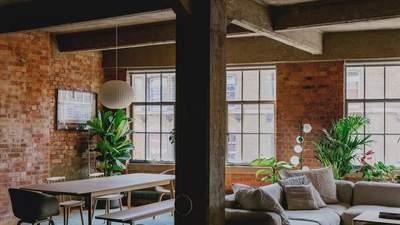 Нове життя: у Лондоні побудували неймовірну квартиру у старому індустріальному будинку