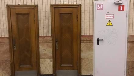 """В Киеве на станции метро """"Арсенальная"""" установили новые двери: урбанисты считают это вандализмом"""
