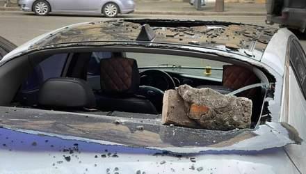 З кінотеатру в Одесі посипалась цегла: постраждало кілька автомобілів – фото