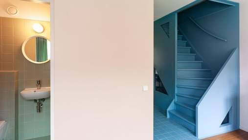 Стиль лофт та блакитні сходи: пара дизайнерів креативно оновила власний таунхаус – фото