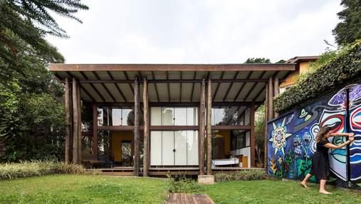 Желтая кухня и стильный гараж: фото деревянного дома из Бразилии