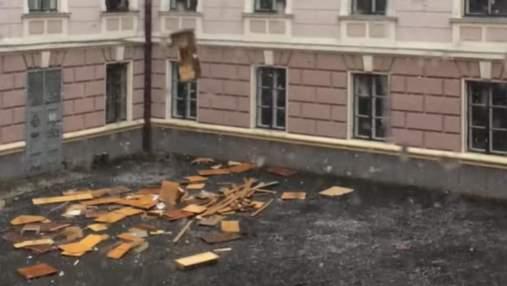 """""""Італійські Чернівці"""": з вікон ОДА у двір викидали меблі – відео"""