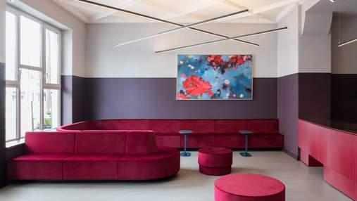 Неоновый свет и красные стены: как реконструировали исторический кинотеатр в Берлине – фото