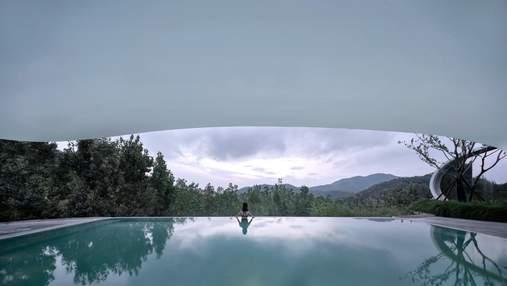 Хрустальная раковина среди гор: фантастические фото панорамного бассейна в Китае