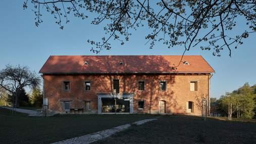 Дом внутри руин: грандиозная реконструкция заброшенной усадьбы в Чехии