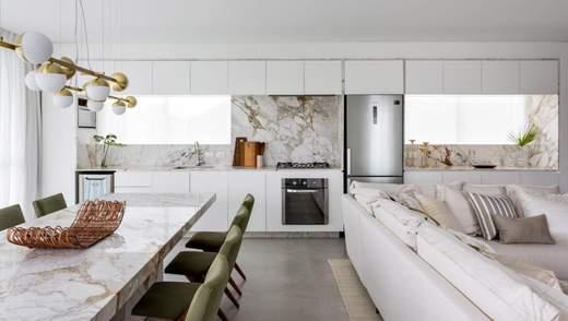 Мрамор и старинная мебель: фото белоснежного интерьера домика для отдыха
